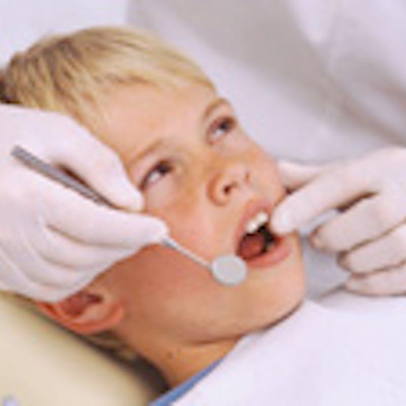 Soigner les dents de lait accidentées