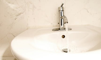 Eau du robinet : faut-il la filtrer?