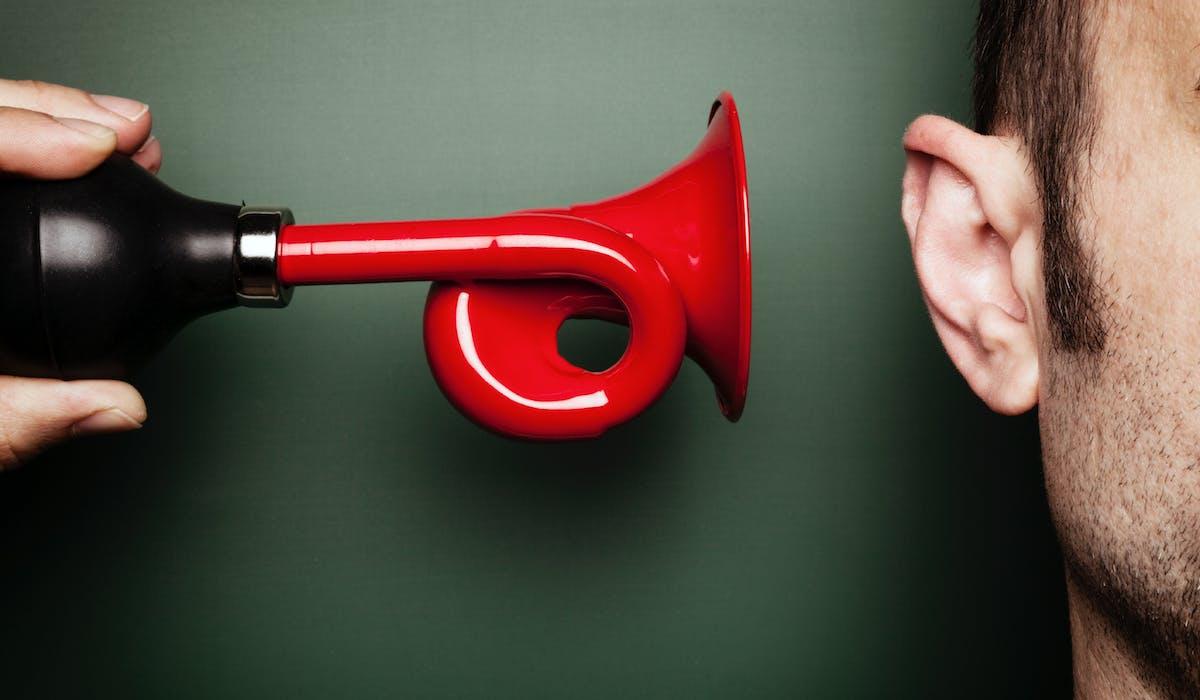 Quand l'audition s'use, l'«assistant auditif» permet de participer de nouveau à la conversation.