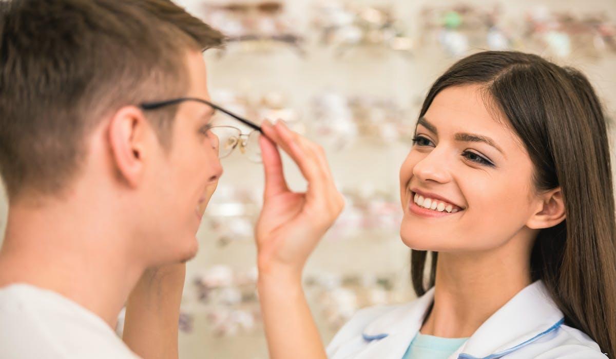 Les lunettes coûtent cher, la Sécurité sociale les rembourse mal, et la prise en charge par les complémentaires santé est désormais plafonnée.