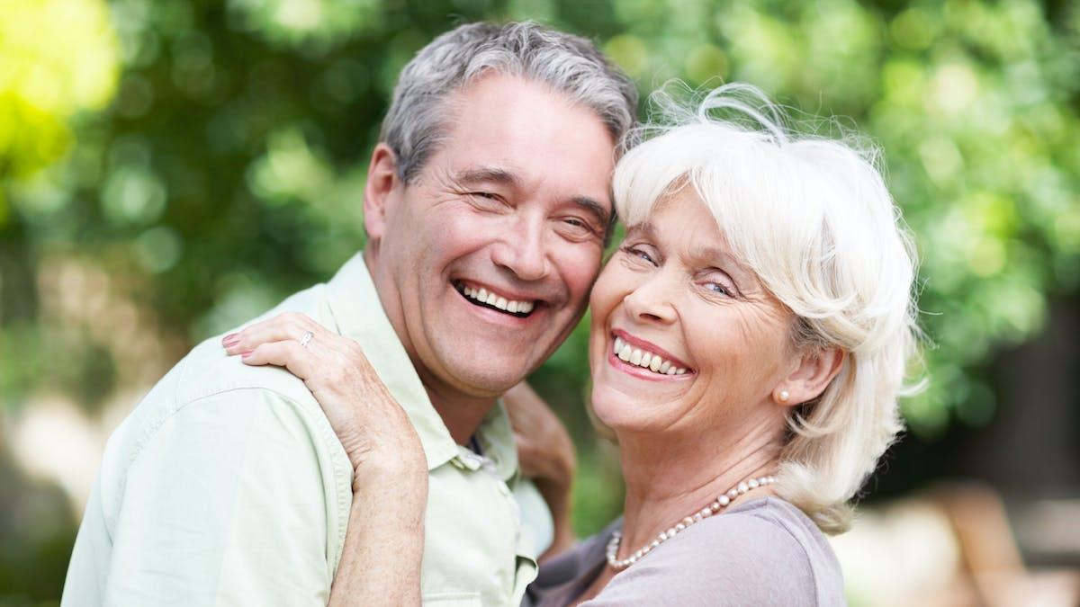 Opter pour une donation au dernier vivant, qui ne prendra effet qu'à votre décès, présente un double intérêt : elle vous permet de transmettre davantage à votre conjoint survivant que ce que la loi prévoit.