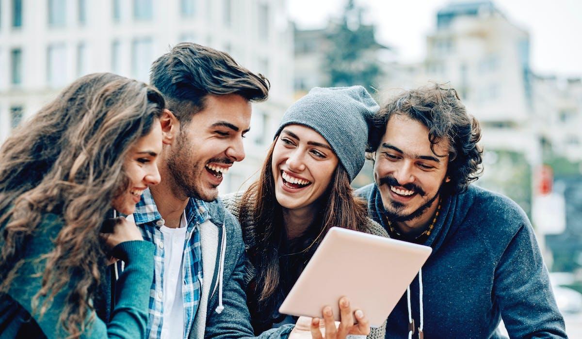 Grâce à leur interface simplifiée, les tablettes tactiles permettent à tous de naviguer sur Internet, consulter ses mails et ses comptes sociaux, faire du shopping, regarder des photos, voir des films ou des séries...