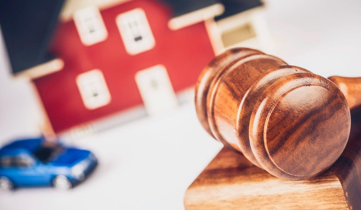 Tout propriétaire peut vendre un appartement ou une maison lors d'une vente aux enchères immobilières notariales.