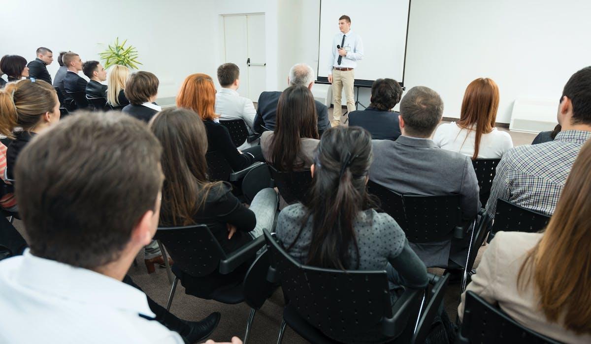 Dans toutes les sociétés commerciales de moins de 250 salariés, les employeurs sont tenus de fournir à leur personnel des informations générales sur la reprise d'une société.