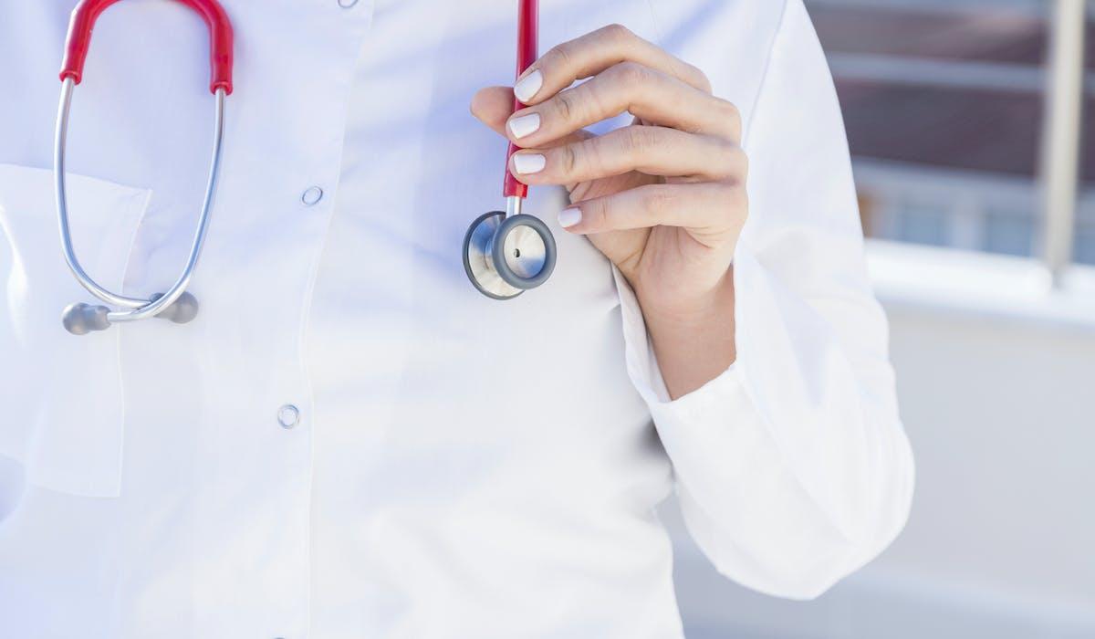 Les salariés précaires peuvent bénéficier d'un chèque santé en remplacement de leur participation au contrat collectif obligatoire.