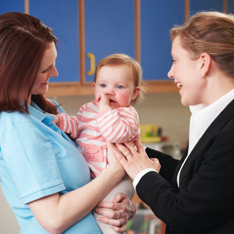 Les jeunes enfants de moins en moins gardés par leurs parents