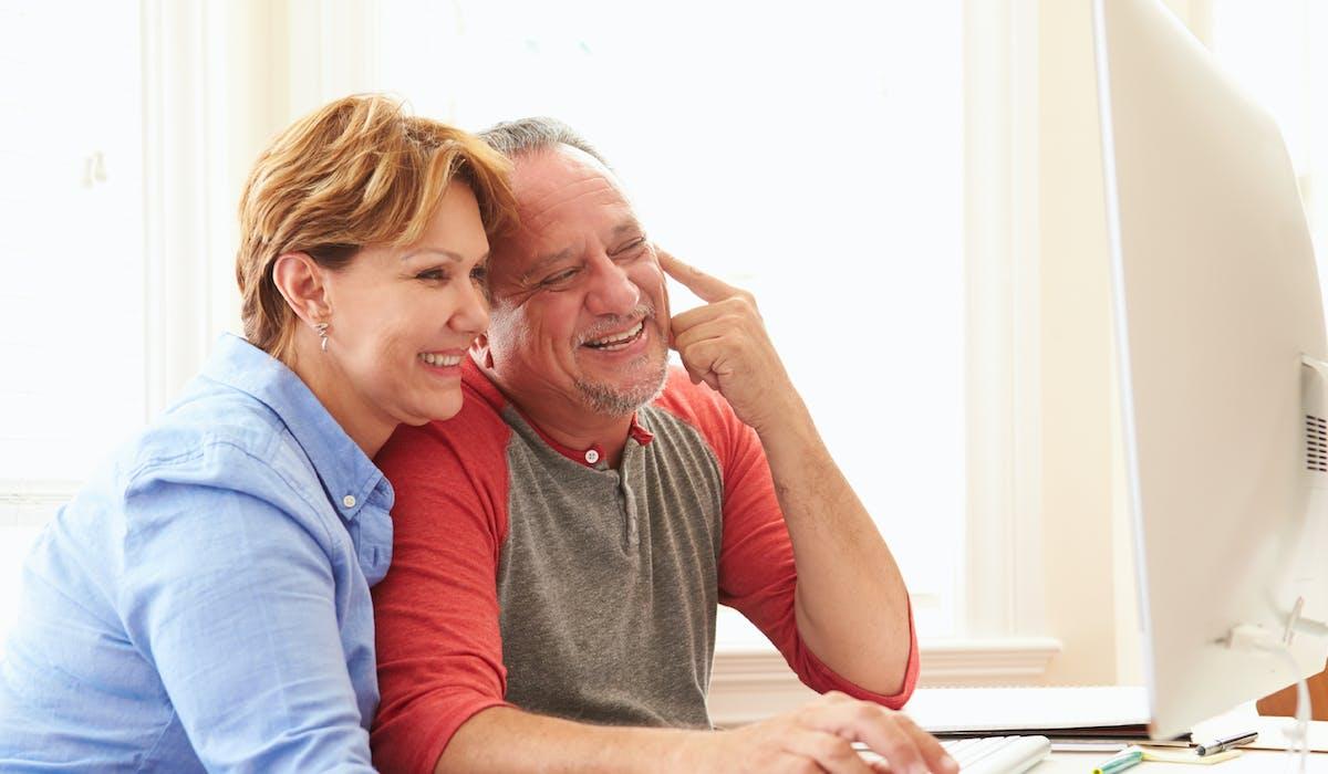 Les plus de 50 ans sont connectés à Internet en moyenne 13h15  par semaine.