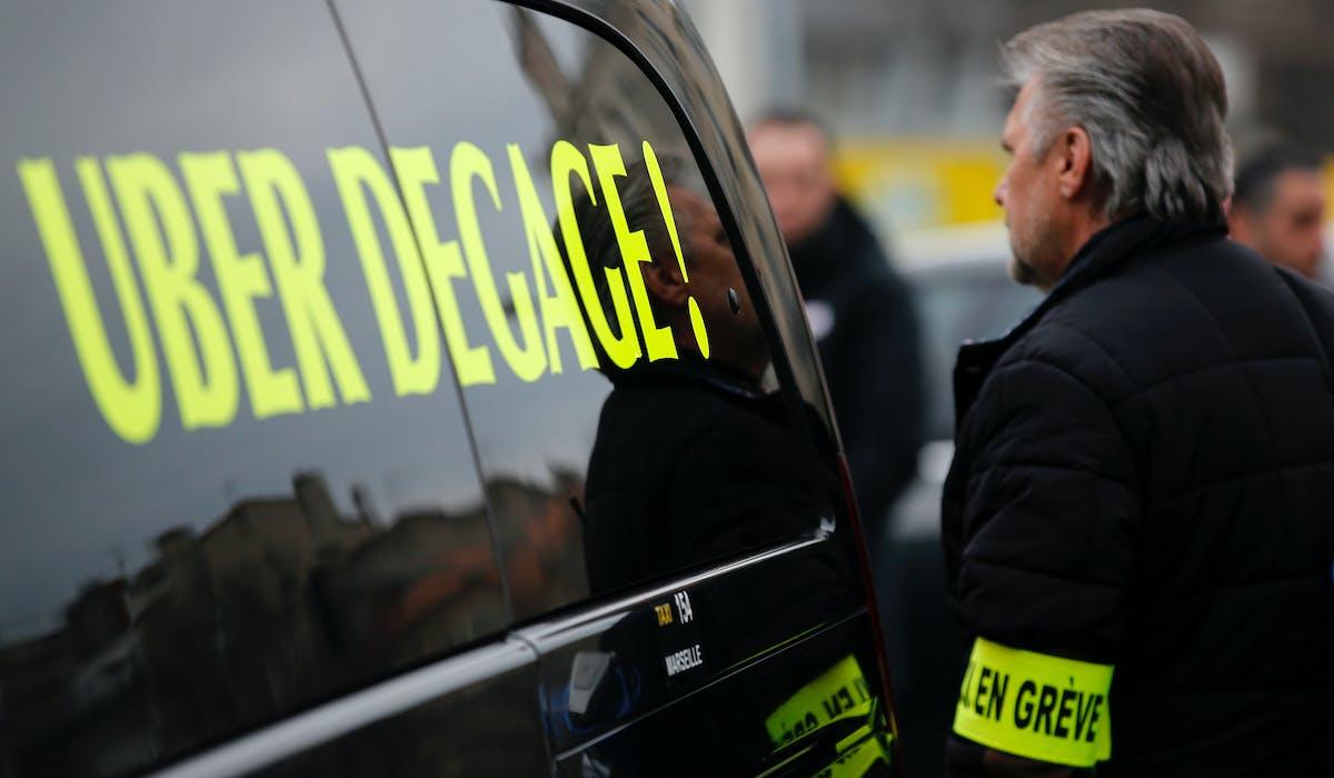 Les taxis (ici une manifestation le 26 janvier à Marseille) crient à la concurrence déloyale que leur créent selon eux les VTC et les Loti.