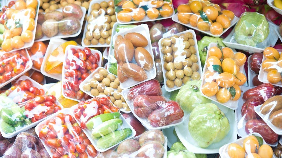 Les grandes surfaces devront signer une convention avec une association caritative pour le don de leurs denrées alimentaires.