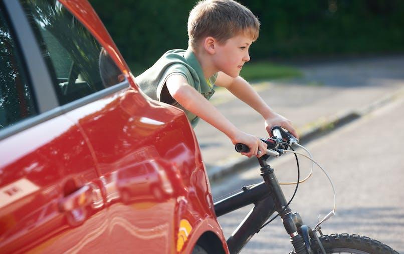 Sur la route, les enfants sont exposés à de plus nombreux risques du fait de leur taille.