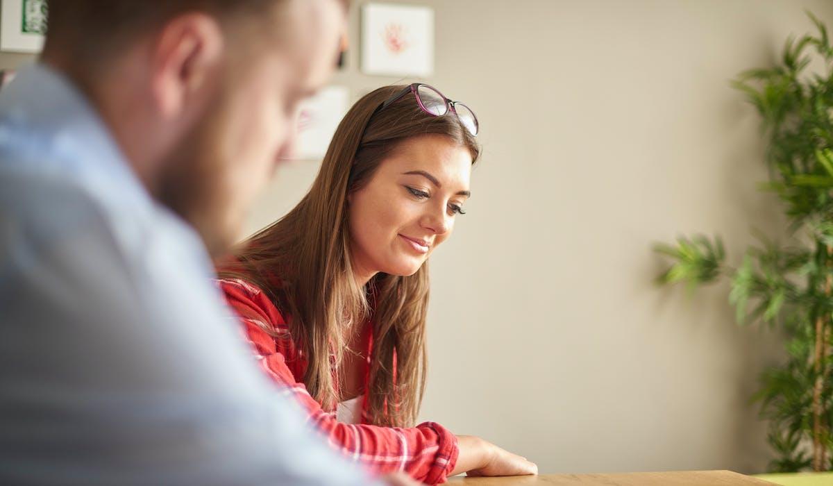 La garantie jeunes s'adresse aux 16-25 pas ou peu diplômés qui ne sont ni en cycle d'études, ni en formation et dont les ressources ne dépassent le plafond du Revenu de solidarité active (RSA).