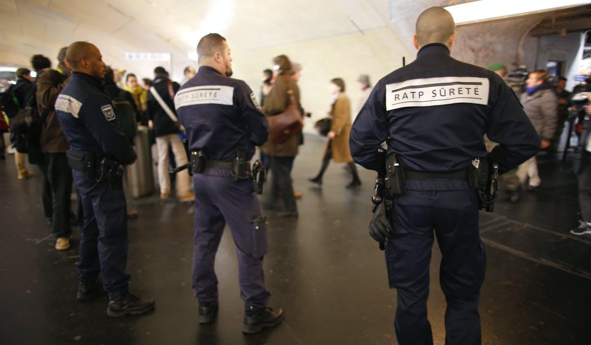 Les agents de la SNCF et de Régie autonome des transports parisiens (RATP) ont le droit d'inspecter visuellement les bagages et, avec l'accord des propriétaires, de les fouiller.