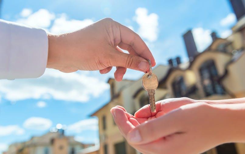 La possibilité de souscrire une assurance à la place du locataire est issue d'une loi du 28 décembre 2015.
