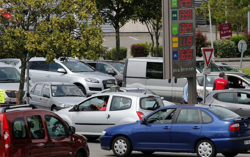 Des automobilistes près d'une station à Saint-Sébastien-sur-Loire, près de Nantes, mardi 24 mai.