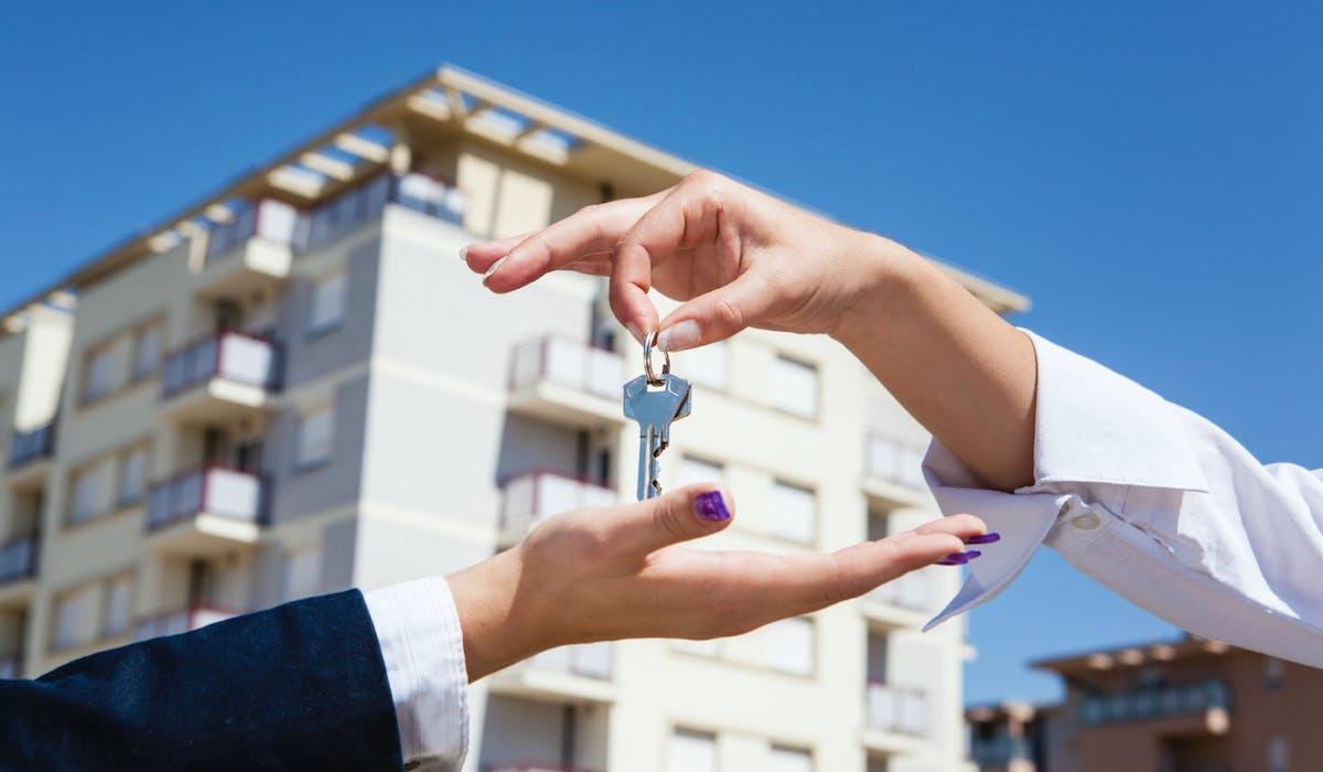 Le propriétaire doit en principe vous remettre tous les jeux de clés dont il dispose lorsque vous signez le bail, sauf si vous décidez ensemble du contraire.