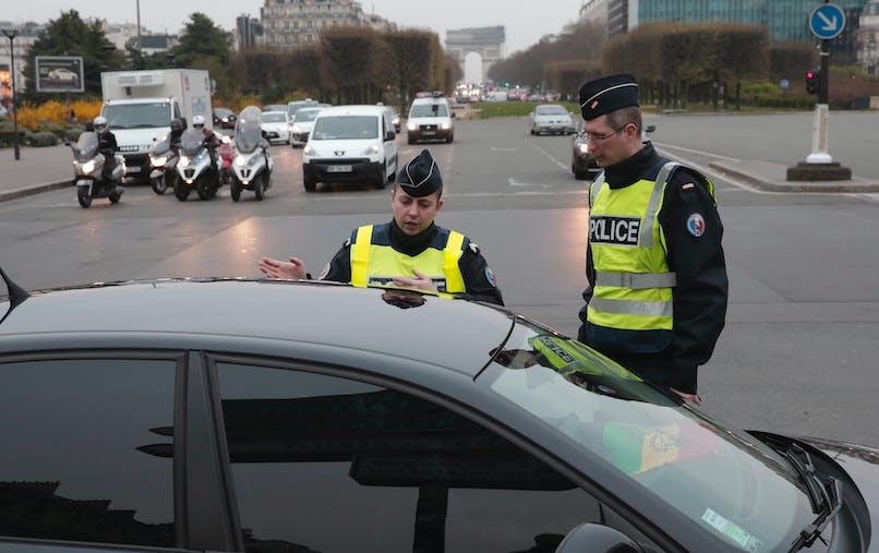 Des policiers contrôlent un véhicule à Paris, pendant un pic de pollution en mars 2014.