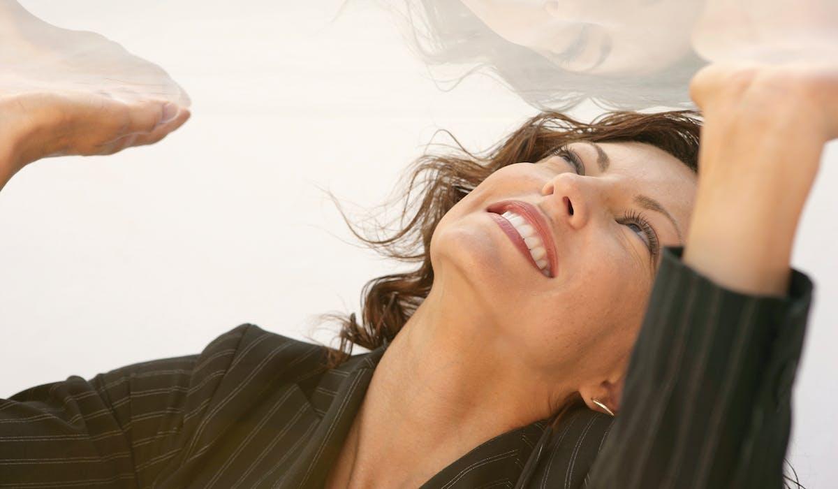 Les femmes se heurtent à un plafond de verre dans le monde du travail.