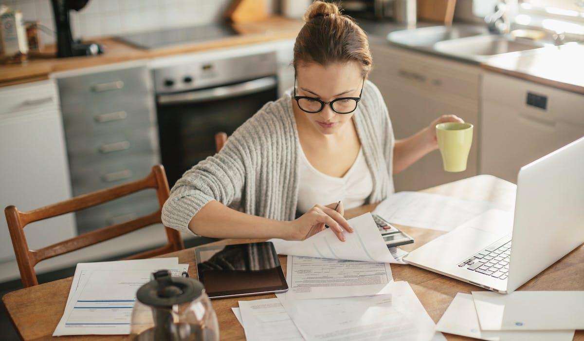 Commencez par informer le prêteur, votre banque le plus souvent, pour trouver avec lui une solution amiable et viable.