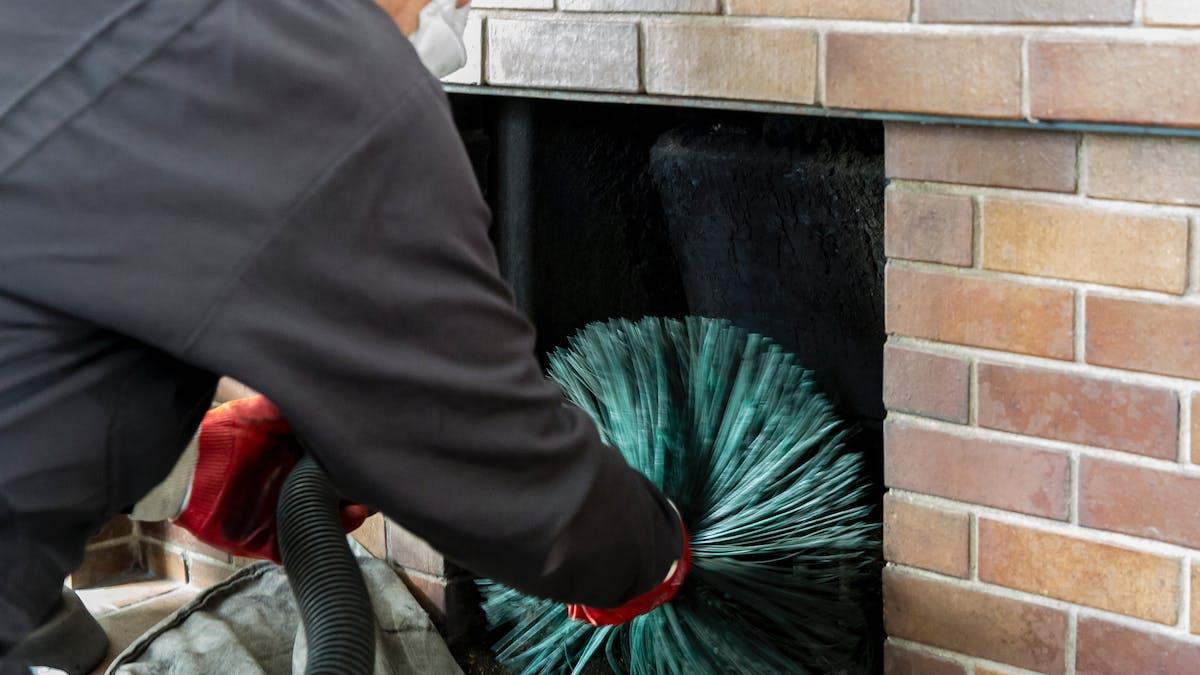 Le conduit de la cheminée doit être ramoné une à deux fois par an.
