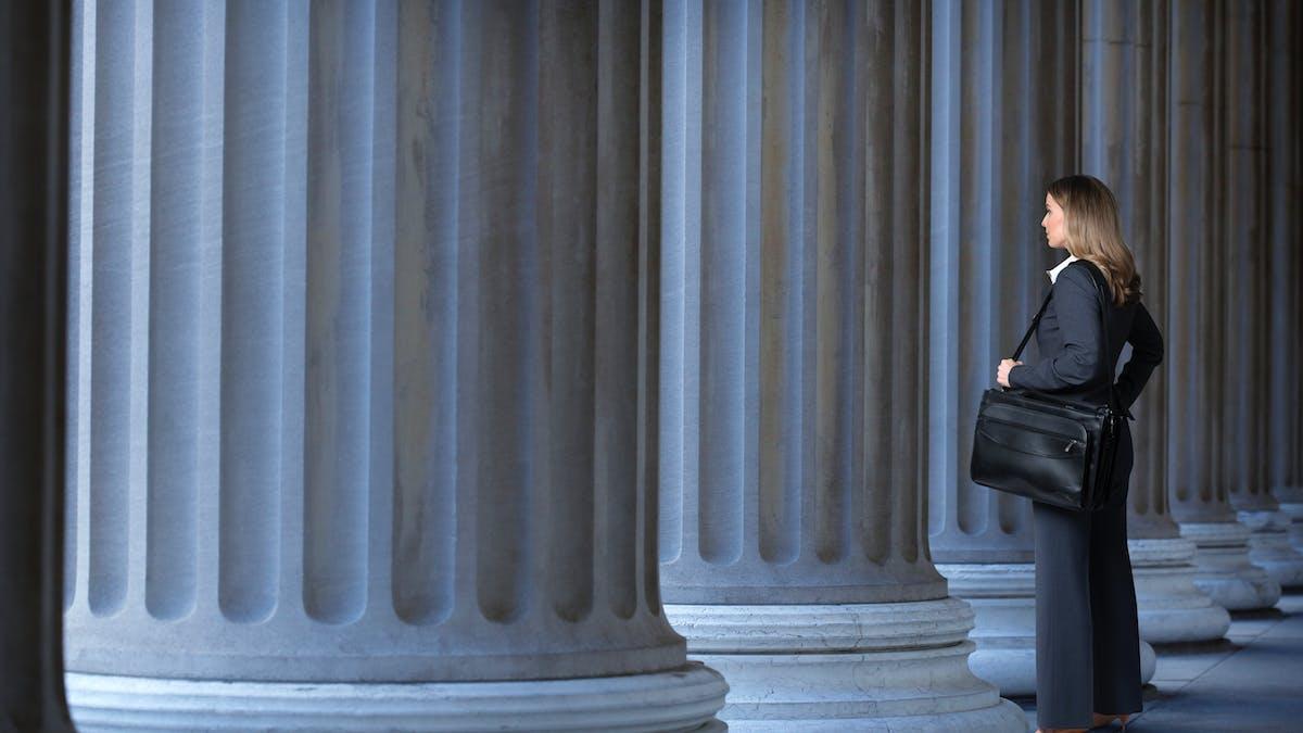 Palais de justice, femme bien habillée