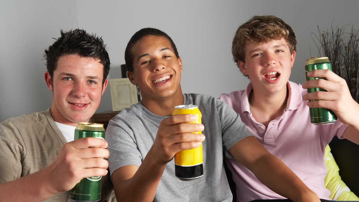 L'obligation de demander la carte d'identité aux jeunes acheteurs d'alcool devrait freiner leur consommation.
