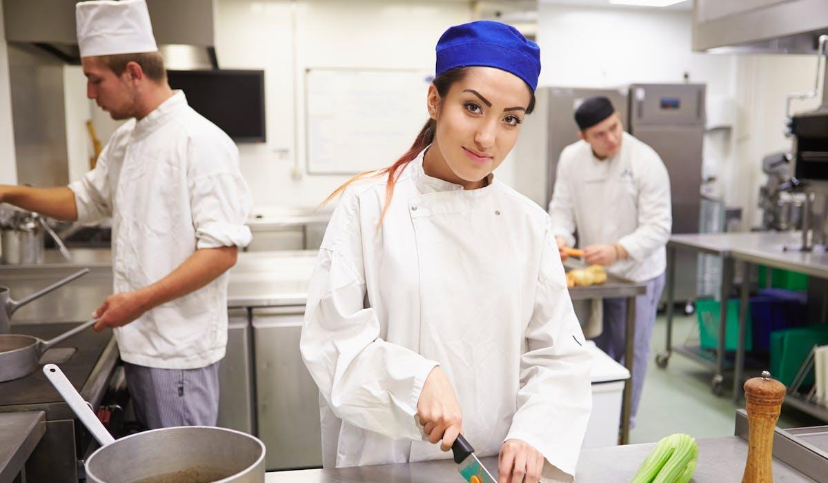 Le secteur de la restauration reste toujours pourvoyeur d'emplois, notamment auprès des jeunes à tous les niveaux de qualification.