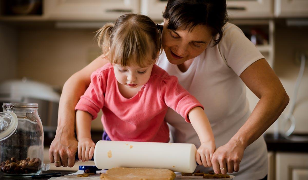 Si vous arrêtez de travailler ou travaillez à temps partiel pour vous occuper de vos enfants, ces périodes peuvent être validées gratuitement, en tant que trimestres cotisés.