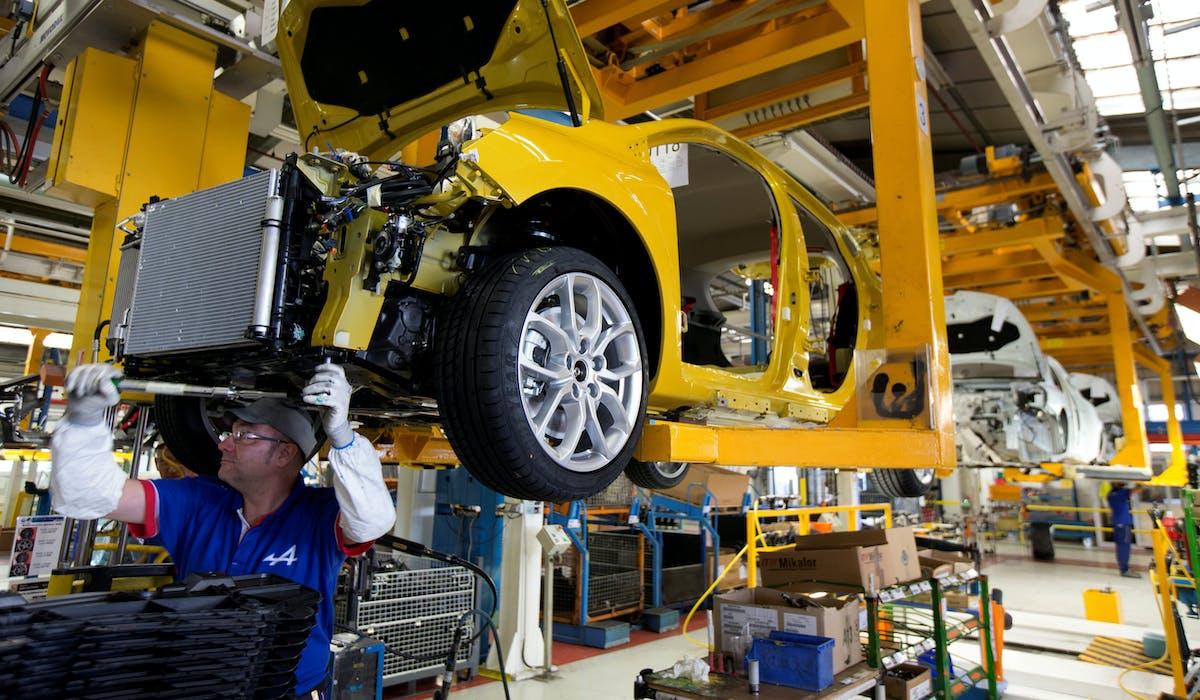 Une ligne d'assemblage de l'usine Renault de Dieppe, en mai 2016.