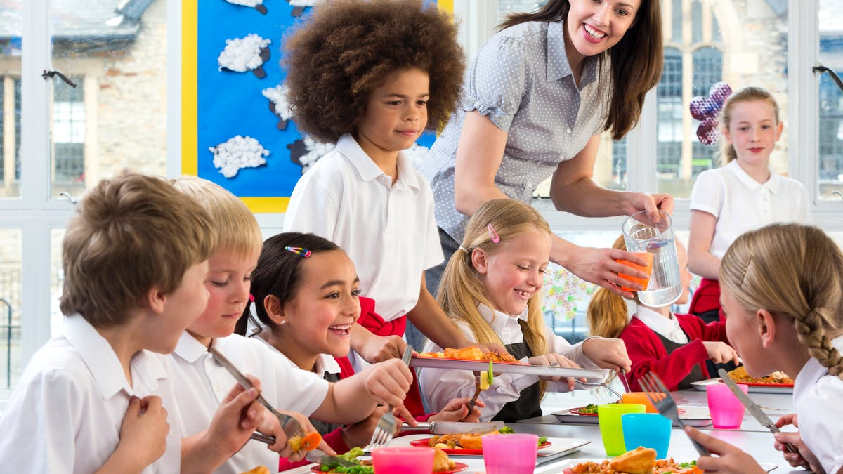 La cantine scolaire n'est pas réservée aux enfants dont les parents travaillent.