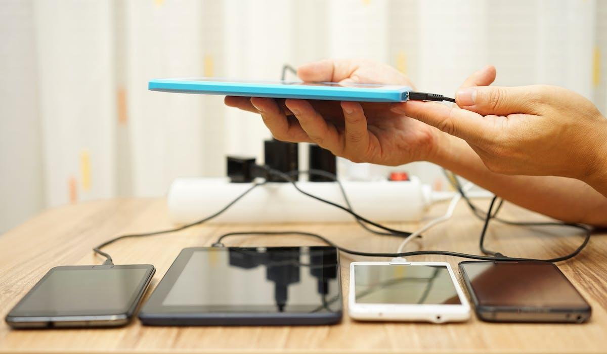 En rechargeant votre téléphone portable la nuit, vous dépensez 70 euros par an inutilement.