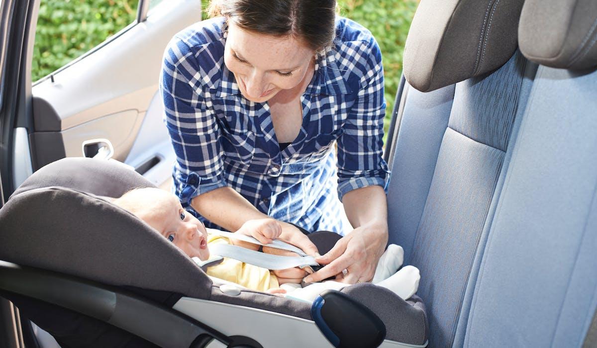 Un bébé de moins de 9 kg doit prendre place dans un siège dos à la route, à l'avant ou à l'arrière de la voiture.