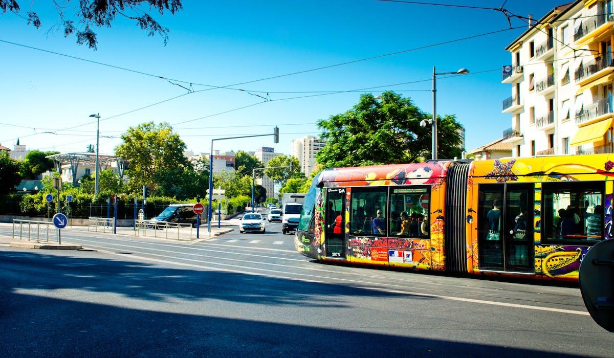 Attention à rester proche des commodités, de la gare ou de la station de métro ou de tramway en limitant l'éloignement à un quart d'heure de marche.