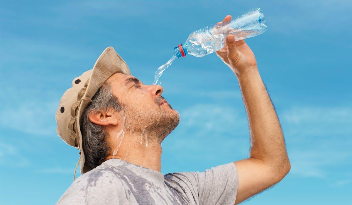 Les jours de forte chaleur, pensez à boire régulièrement de l'eau.