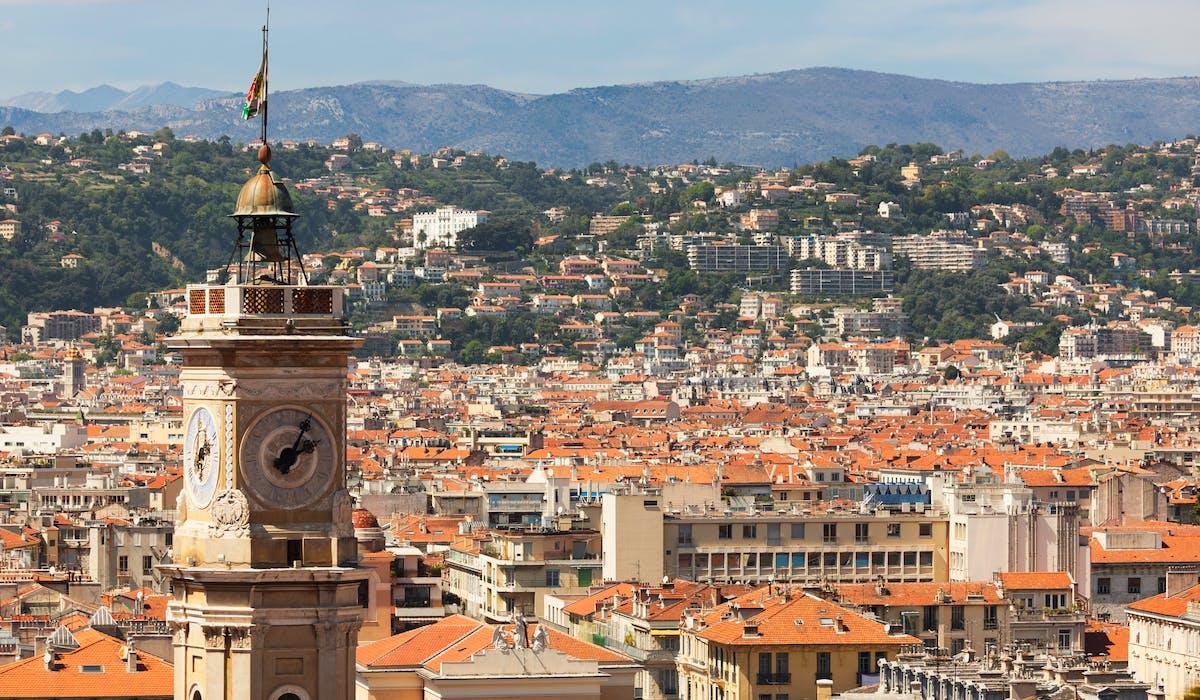 En 2015, le taux moyen de la taxe foncière atteignait 25,40 % dans les Alpes-Maritimes, département dont Nice est la préfecture.