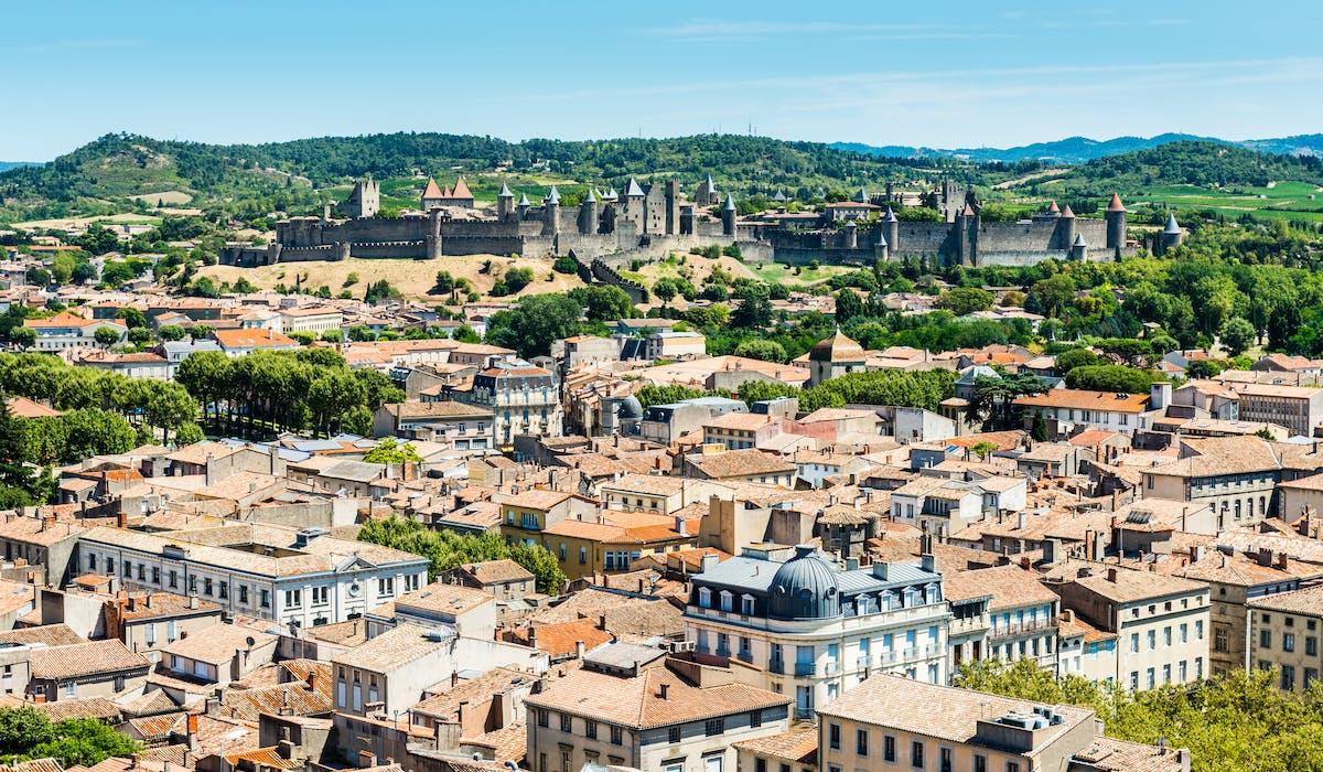 En 2015, le taux moyen de la taxe foncière atteignait 60,51 % dans l'Aude, département dont Carcassonne est la préfecture.