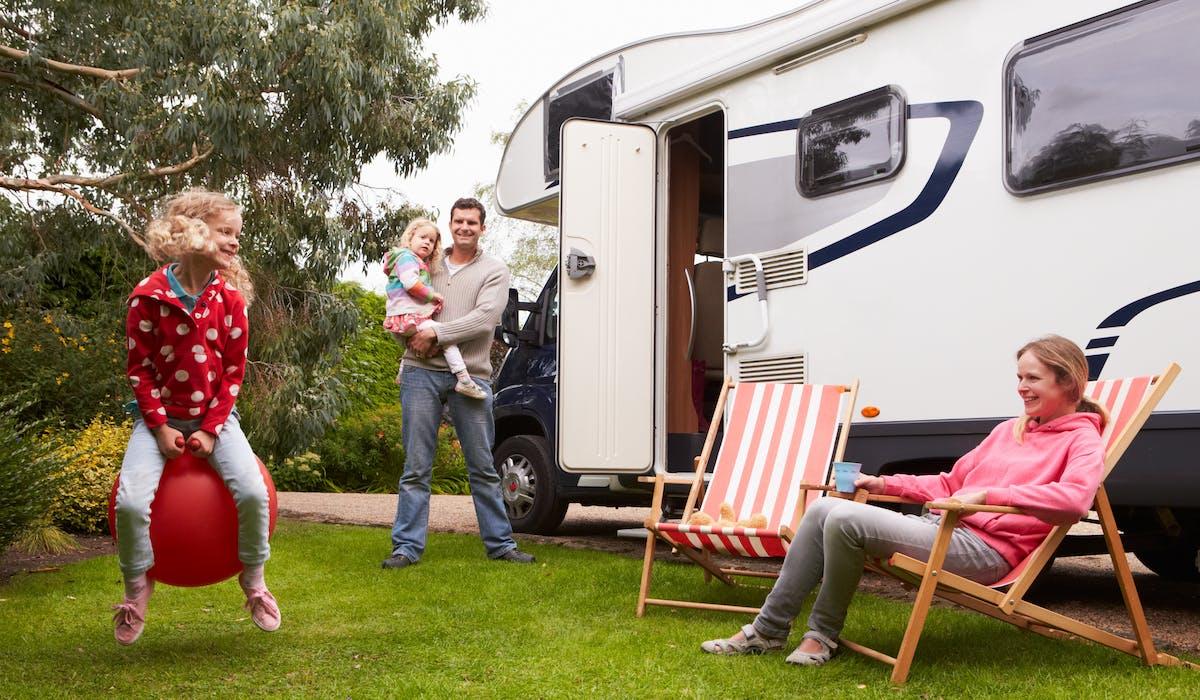 L'aide aux vacances familiales est accordée sous conditions de ressources aux familles ayant au moins un enfant à charge.