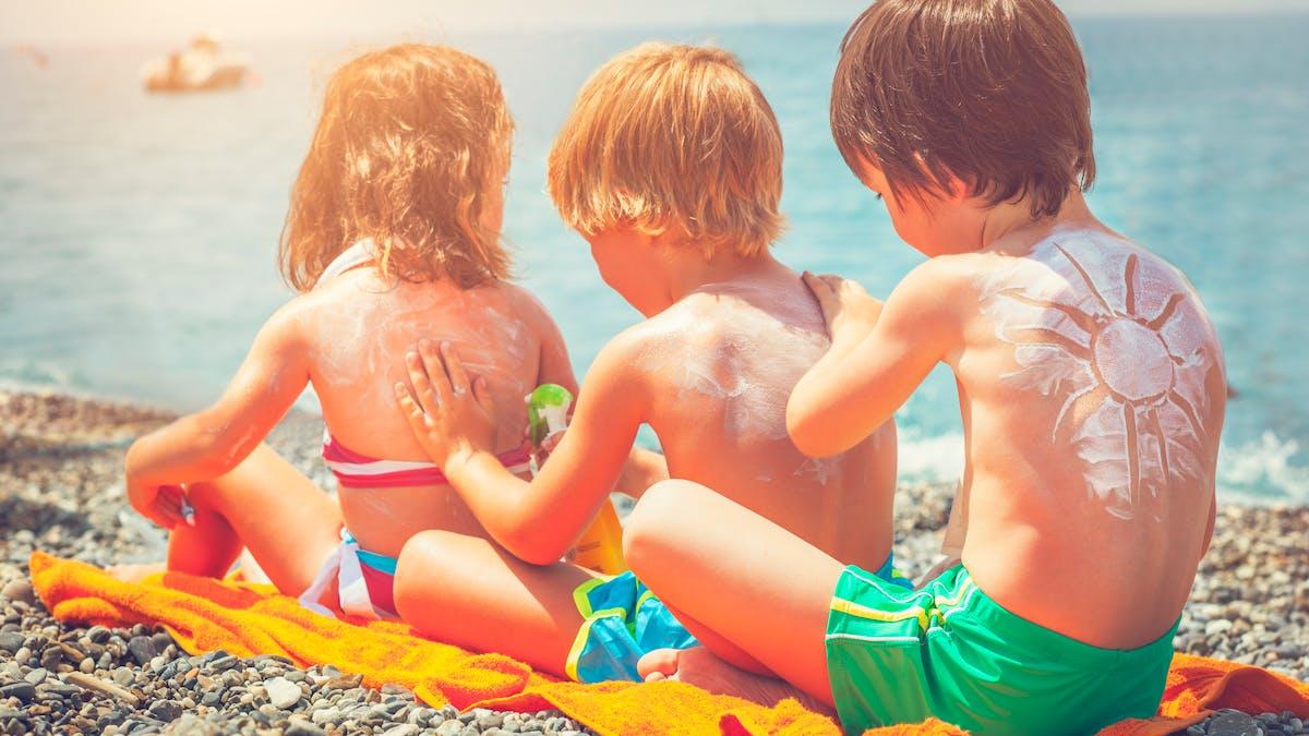 A la plage, ne vous exposez pas au soleil aux heures les plus chaudes.