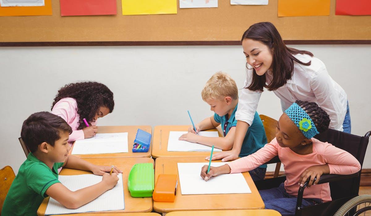 Des auxiliaires de vie scolaire pour s'occuper des enfants handicapés sont employés en CAE dans les écoles.