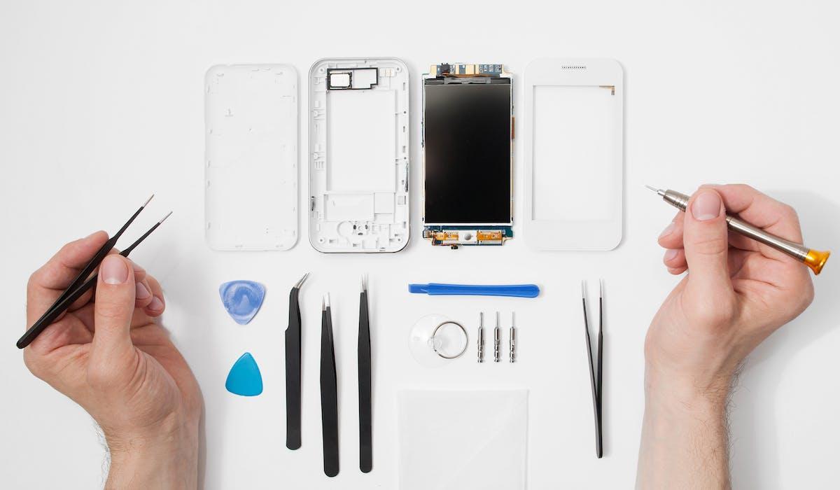 Pour réparer son smartphone à moindres frais, les plus habiles peuvent se procurer pièces détachées et outils sur Internet auprès de sites d'autoréparation.