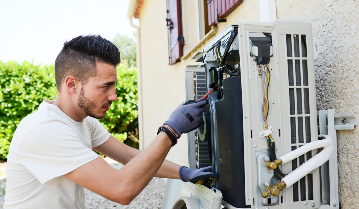 Un vrai climatiseur fonctionne comme un réfrigérateur : il produit du froid par compression puis détente d'un gaz, le fluide frigorigène.