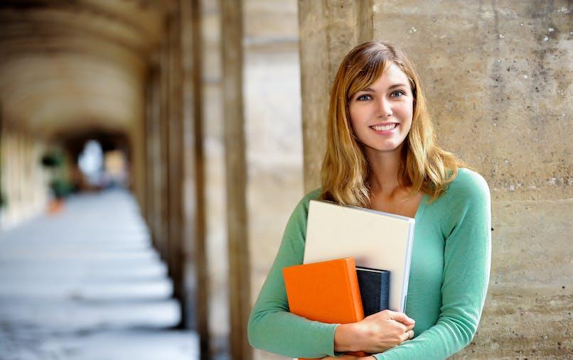 Sauf exceptions, les personnes formées dans l'établissement supérieur doivent s'inscrire à la Sécurité sociale et prendre une mutuelle étudiante.