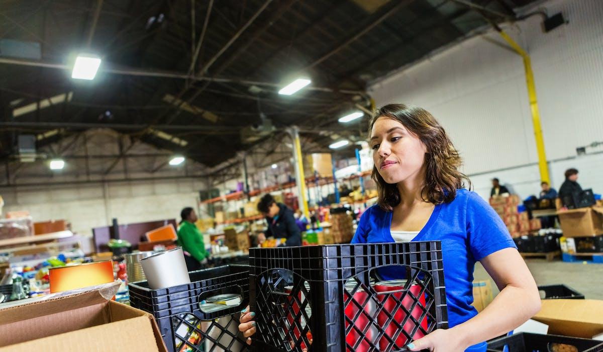 Si vous avez des denrées alimentaires invendues ou dont vous ne savez que faire, faire don aux associations permet d'aider les plus démunis tout en bénéficiant de réductions d'impôts.