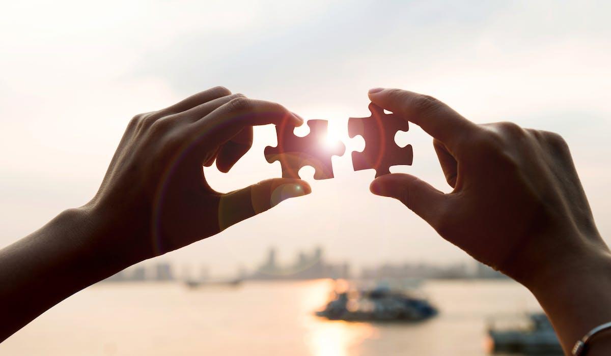 Une enquête sur les relations qu'entretiennent les associations avec des partenaires montre que le nombre de partenariats croît avec le budget et les effectifs de l'association, et qu'une sur trois en moyenne noue des liens avec des entreprises privées.