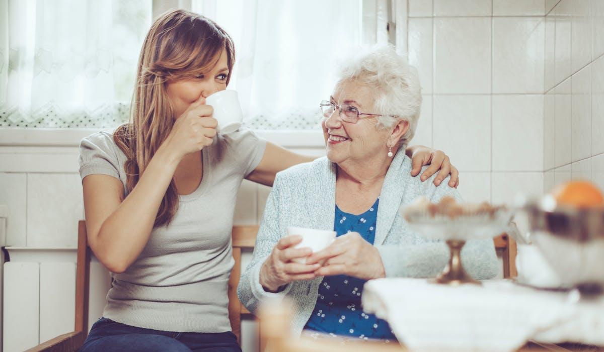 Solution d'hébergement peu connue mais en augmentation, l'accueil familial pour personnes âgées est un bon compromis entre le maintien à domicile, coûteux en temps (et/ou en argent pour l'embauche d'aidants), et la maison de retraite, bien plus onéreuse.