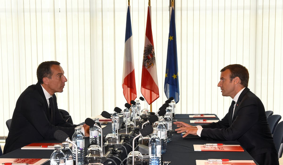 Emmanuel Macron et le chancelier autrichien Christian Kern, jeudi à Salzbourg.