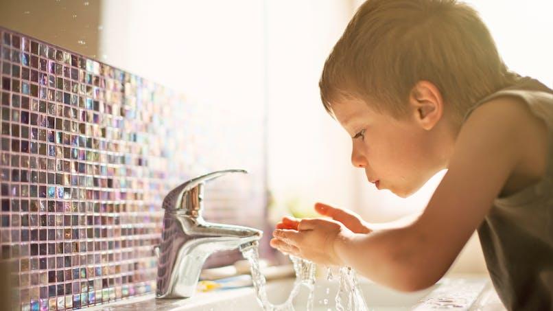 L'eau du robinet contient du plastique