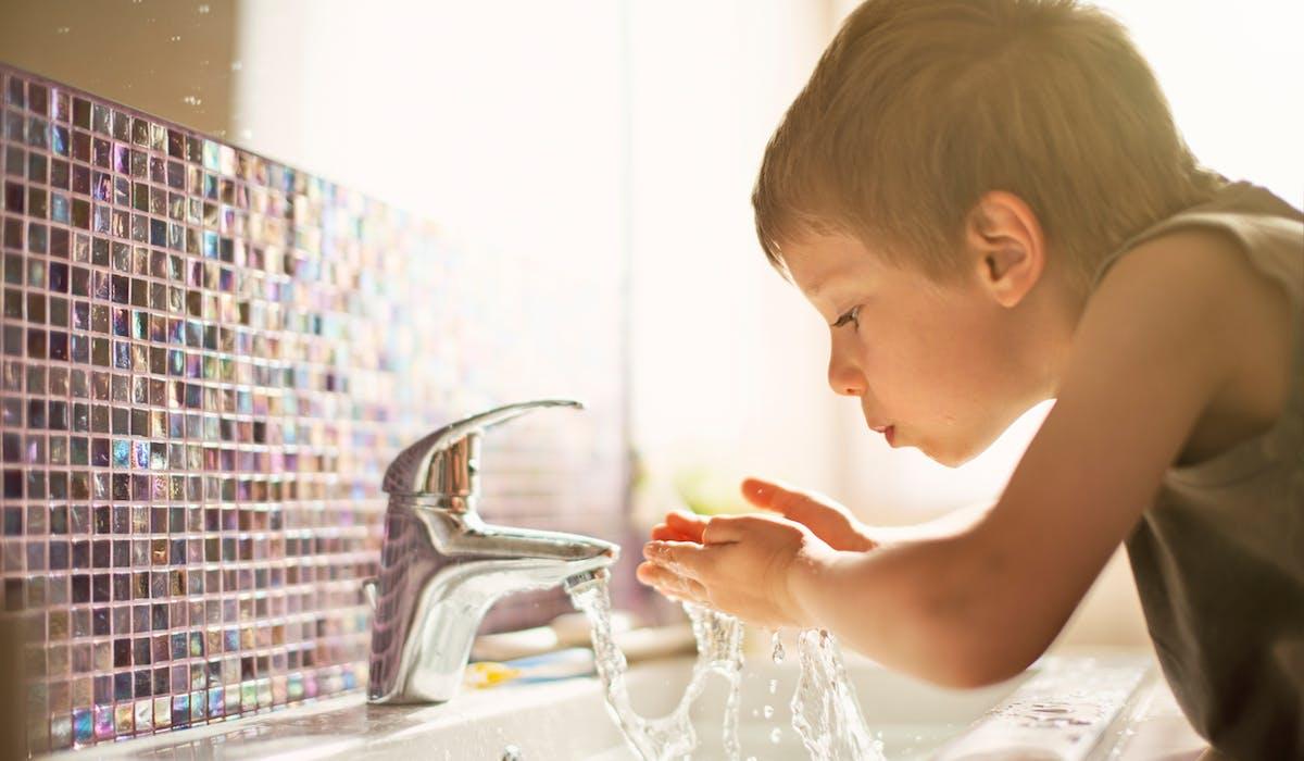 L'eau du robinet contient des microparticules de plastique.
