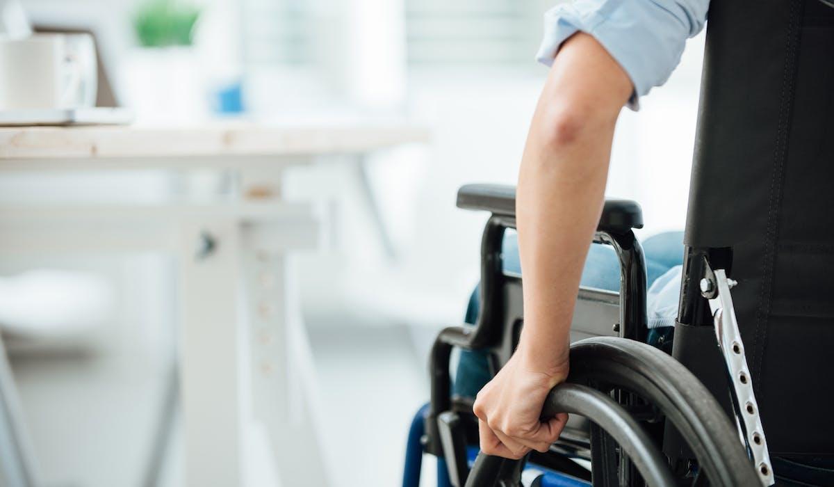 La rente d'incapacité permanente est versée sans conditions de ressources jusqu'au décès, à moins d'une amélioration de l'état de santé.