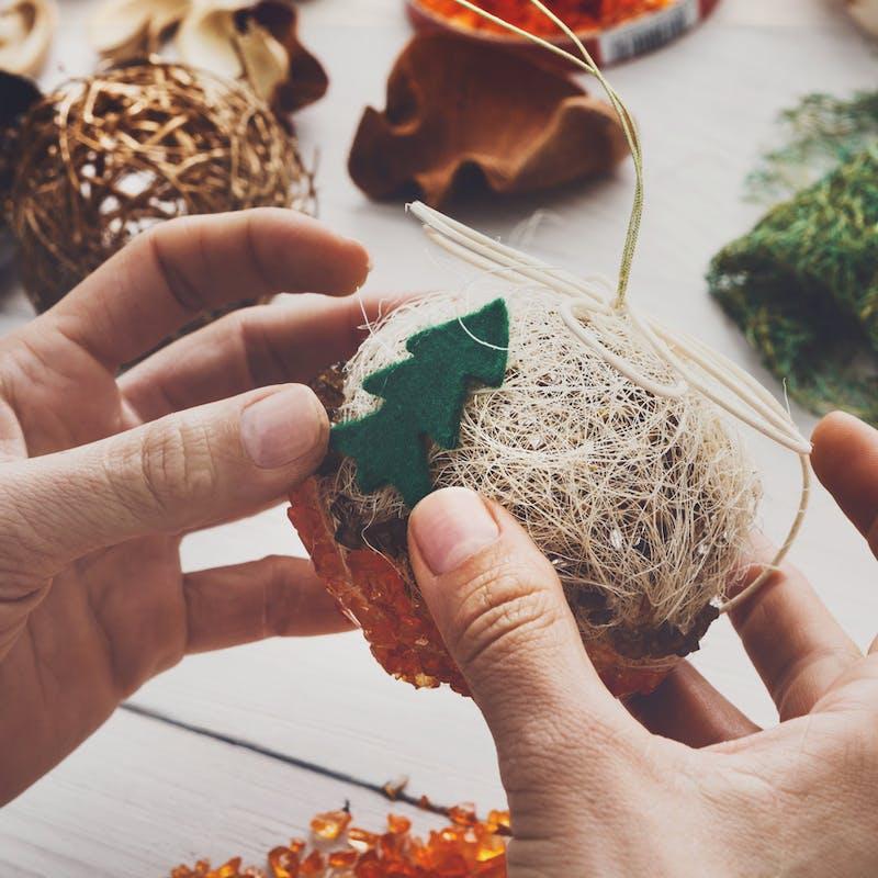 Noël : cadeaux, déco, menu moins chers