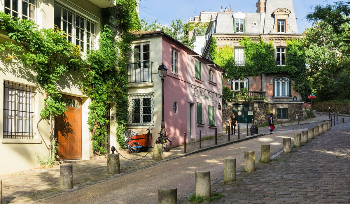 Une rue du quartier de Montmartre, à Paris.